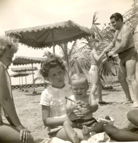 Robby Fischler (baby), Dina Grunauer; in rear_  Johnny y Alfred Czarninski -- Playas (undated)