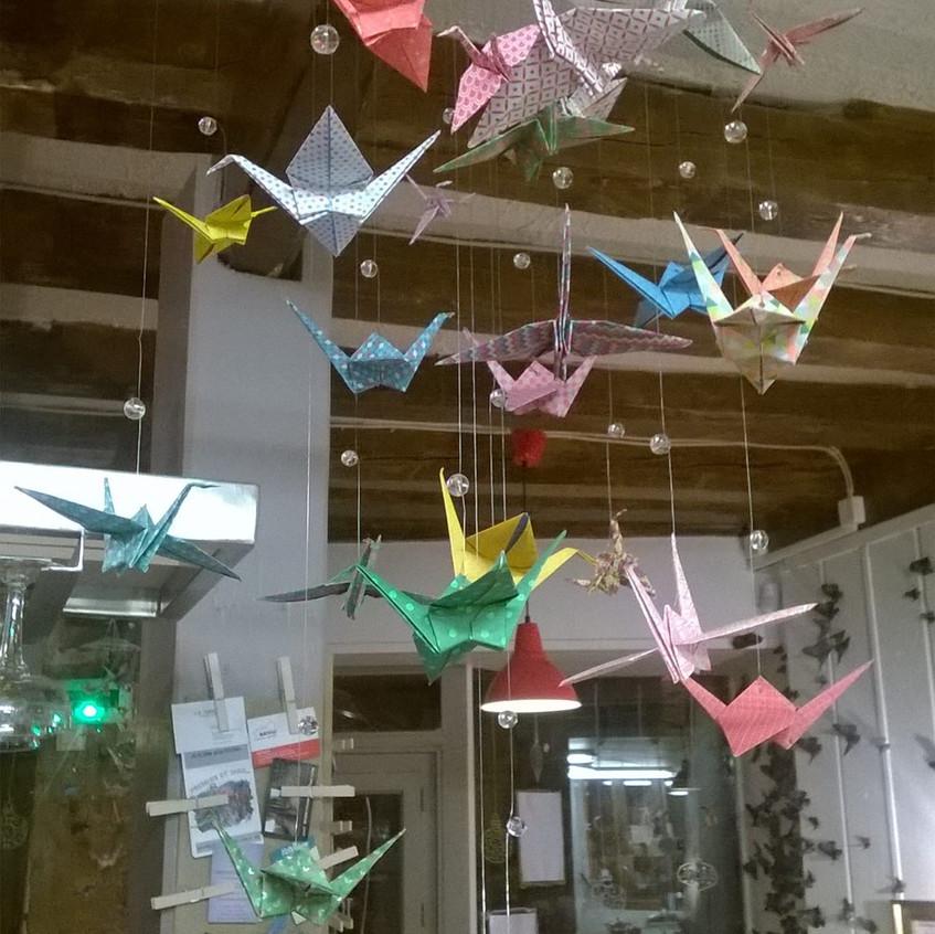 mobiles d'oiseaux au Simone's café réalisés par Marguerite Beurrier bricoratrice