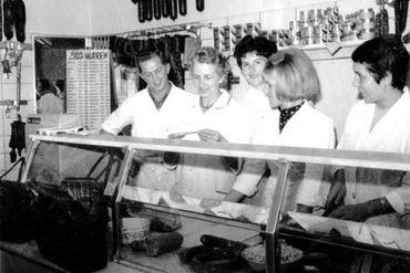 Bild mit Tradition, frühe Generation der Familie Kaufman steht hinter der Ladentheke