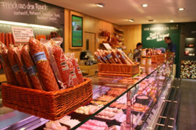 Produktauswahl an leckeren Fleiscwaren in der Ladentheke