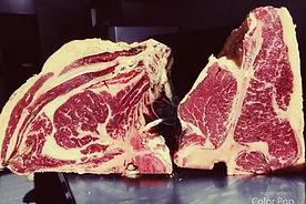 Zwei frische Stücke Dry-Aged Fleisch