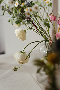 white-roses-in-clear-glass-vase-4270233.