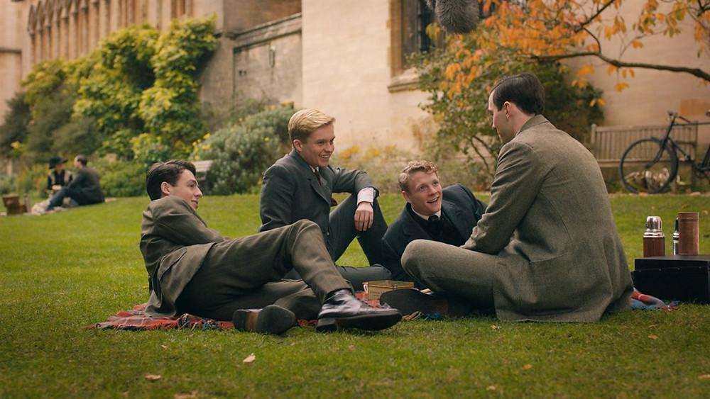 Tolkien é um filme sobre amizade e guerra.
