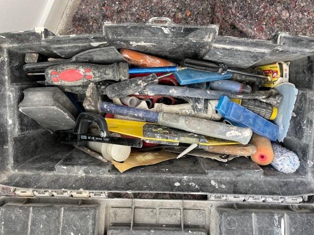 une caisse à outils de peintre peinture78