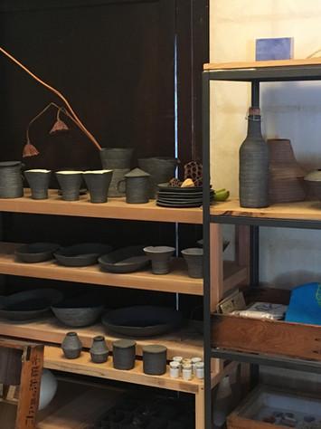 「野上さんの作品が並ぶ。5月の◯△ galleryでは、『いろんな器』と題した展示が開かれ、3人の陶芸作家の器が並ぶとのこと。詳しくはギャラリーのウェブサイト( http://nogamikaoru.com/blog.php )にて。」