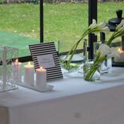 Jolie table à cadeaux installée et décorée dans la salle du dîner