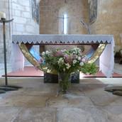 Bouquet au pied de l'autel