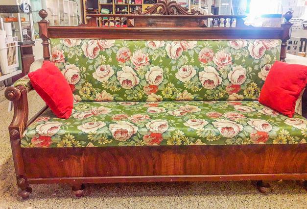 1848-01, 799kr Blommig soffa
