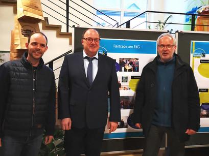 Plakate des Leistungskurses Erdkunde (MSS13) geben Feierstunde der Fairtrade-Verbandsgemeinde Adenau