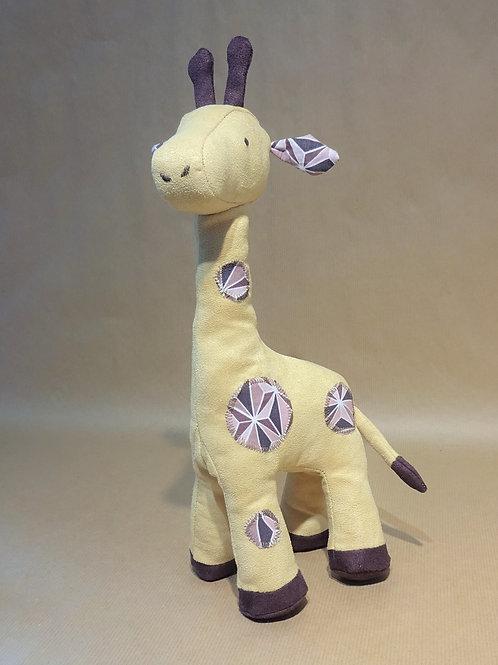 Girafe en suédine jaune et aubergine et coton imprimé tons roses