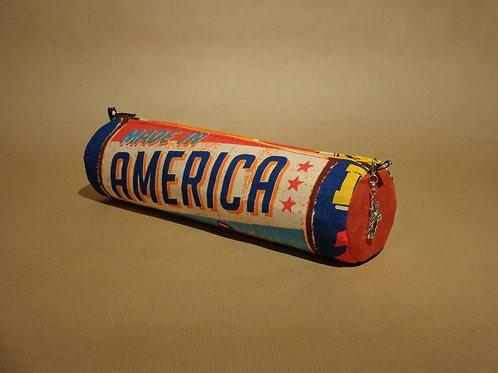 """Trousse """"Pub Américaine"""" coton imprimé, suédine et breloque Statue de la liberté"""