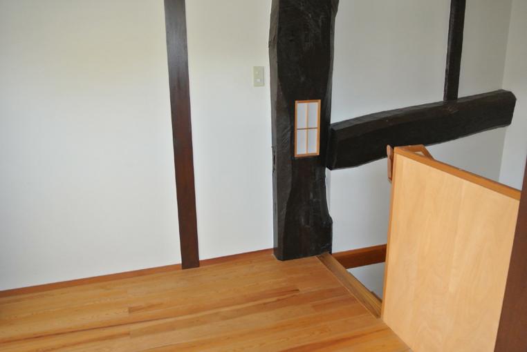 2階階段の大黒柱に埋め込まれた照明