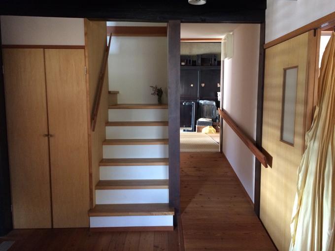 2階への階段と和室側へのスロープ