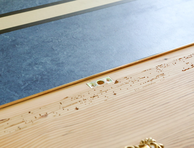 blaues Linoleum an Holz