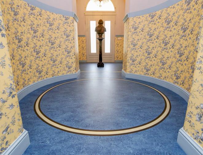 Raum mit kreisförmigen Linoleum
