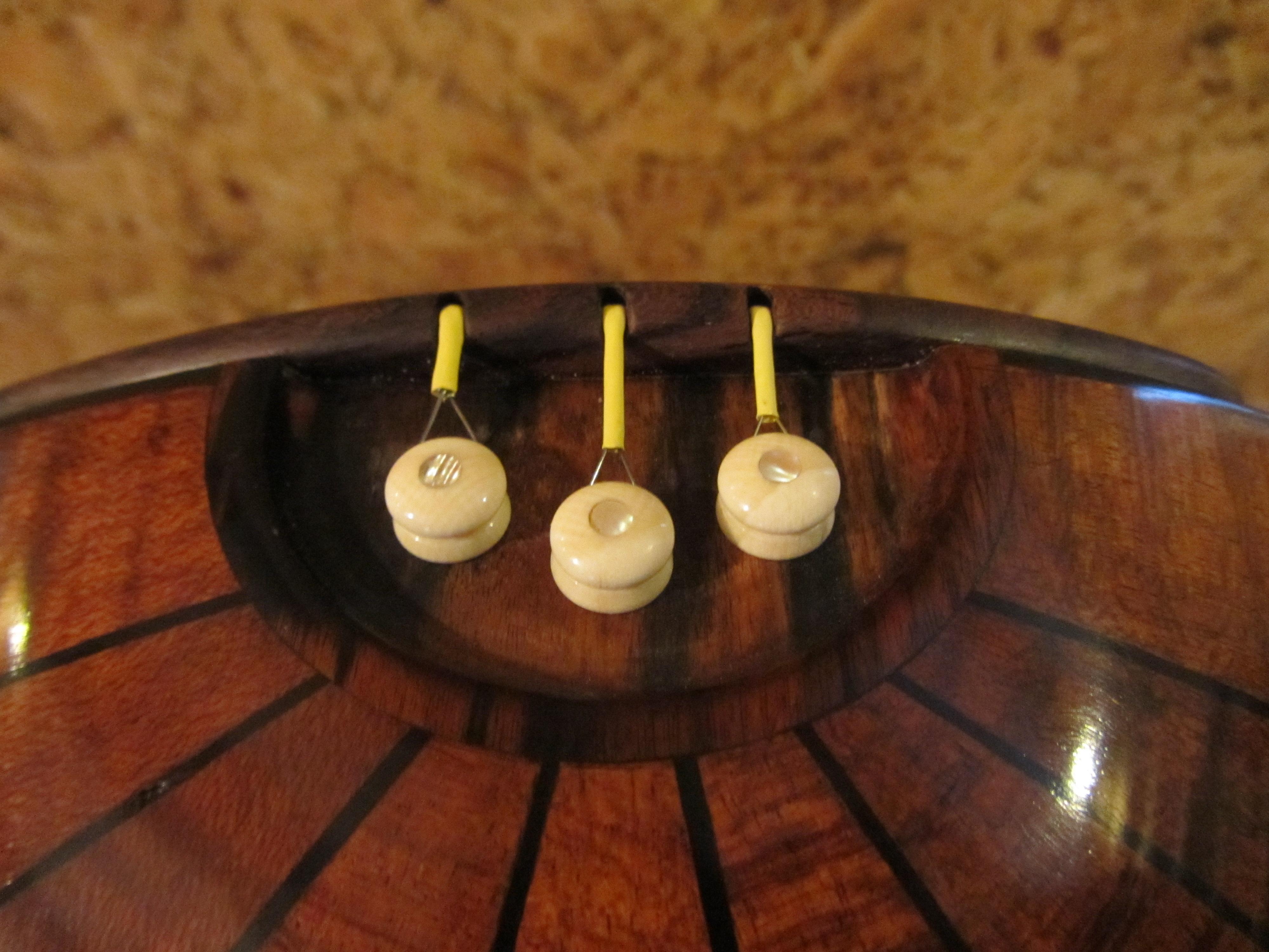 Кнопки  домры кость