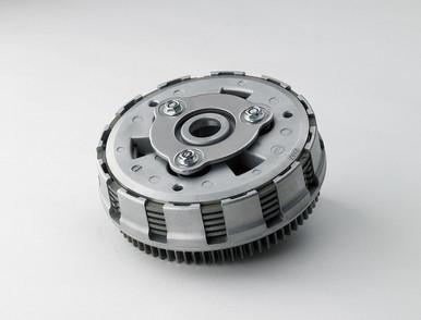 Assist&Slipper Clutch     *レース活動からのフィードバックを元に開発されたアシスト&スリッパークラッチシステムを搭載、2種類のカムによって様々な機能を実現しています。     *アシストカムによるセルフサーボ効果はクラッチレバーの操作感軽くスムーズにするとともに高負荷時の駆動力を確実に伝達。     *スリッパーカムは急なシフトダウンなど過度なエンジンブレーキがかかった際に、クラッチプレートの圧着を弱めてバックトルク逃がすことで、リヤタイヤのホッピングやスリップを抑制します。