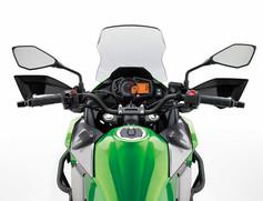 スリムでアップライトなポジション  コントロール性に優れたワイドなハンドルバーが特徴的なVERSYS-X は、アップライトなライディングポジションにより、快適な長距離走行が可能となっている。低いシート高と、前端を絞ったシート形状により優れた足つき性を実現。幅広い層のライダーが安心して乗車できる設計とした。