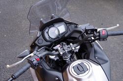 ・アップライトなライディングポジションを生み出すハンドルバー