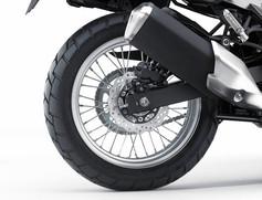 F19 / R17インチスポークホイールとマルチパーパスタイヤ  フロント19インチ、リヤ17インチのスポークホイールは、VERSYS-X の未舗装路における走破性を高めている。VERSYS-X はオフロードに特化した設計ではないが、ストリートユースを重視した大排気量の兄弟モデルよりも道を選ばないサスペンション特性となっている。VERSYS-X のアドベンチャースタイルにマッチしたトレッドパターンを持つ、マルチパーパスのチューブタイヤもまた、未舗装路での優れた走破性に貢献する。