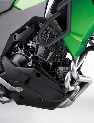 エンジン *248cm³パラレルツインエンジンはパワフルなチューニングが施されており、低中速回転域ではスムーズでトルクフル、高速回転域では力強い加速を体感することができます。 *スリーブレスのアルミ製ダイキャストシリンダーをメッキ仕上げとし、軽量なピストンの一部にハードアルマイト処理を施すことで高い耐久性の向上に貢献しています。 *バランサーを追加することで不快な振動を軽減、快適なクルージングを実現。