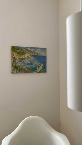 Evas Gemälde der Amalfiküste aus den 1950er Jahren kombiniert mit modernen Stühlen.  Eva's painting of the Amalfi cost in the 1950 combined with modern chairs.