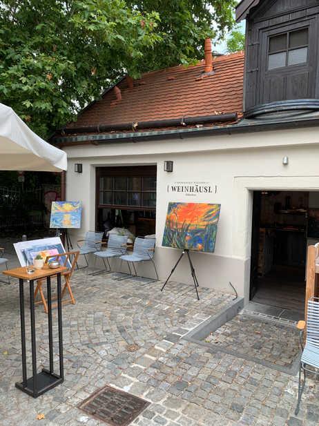 """Sybilles """"Rote Wolke"""" bei einem Sommerevent """"Wein und Kunst"""" im Weinhäusl am Wiener Platz in 2019.  Sybille's """"Red Cloud"""" at a summer event at Weinhäusl on Wiener Platz 2019"""