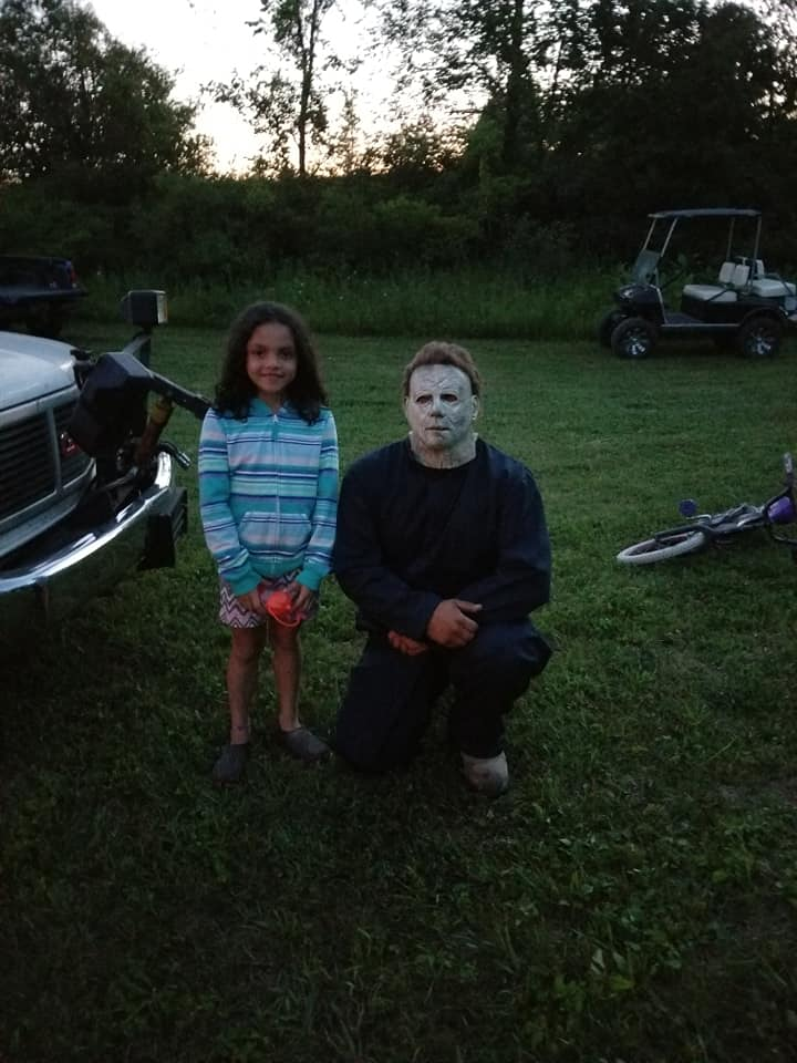 Kid posed with Michael Myers 2019
