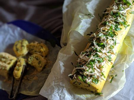 Rollo de patatas relleno de espinacas y pepinillos