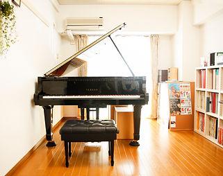 グランドピアノでレッスン。
