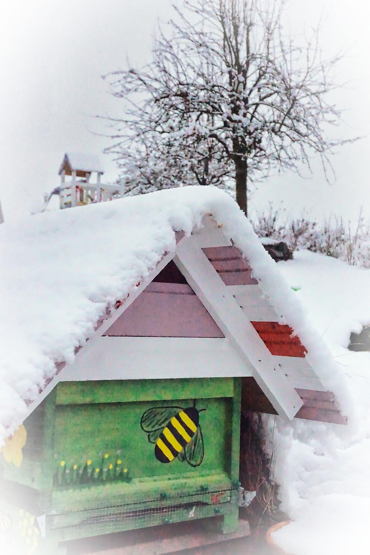Bienenbeute im Schnee