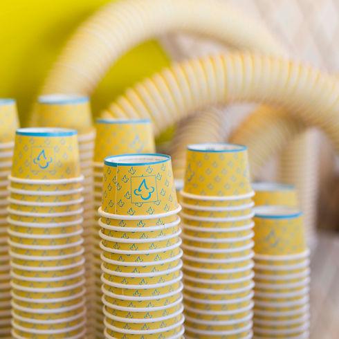 A imagem exibe vários potinhos de sorvete empilhados