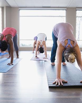 Cours de yoga - chien orienté vers le bas