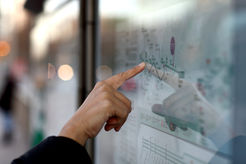 Finger auf der Landkarte