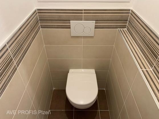 WC v obkladu hnědý Beton s dekorem stripe.