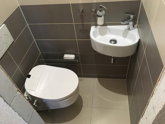 WC s bidetovacím sedátkem.