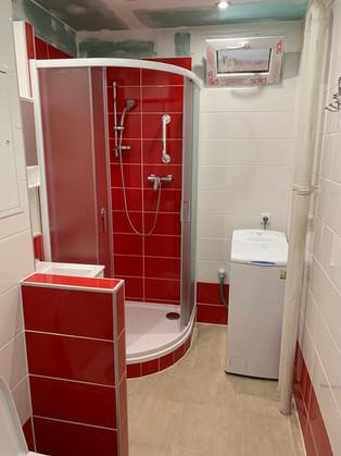 Netradiční koupelna s obkladem Joy červená.