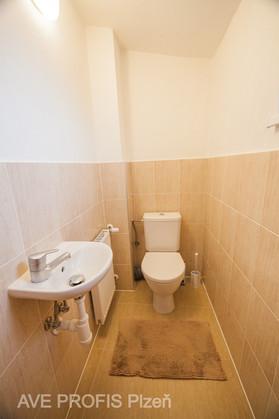 WC v rodinném domě. Béžový obklad Lazio s dlažbou Prato.