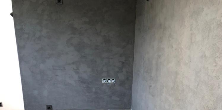 Betonová stěrka použita místo klasického obkladu pro kuchyňskou linku.