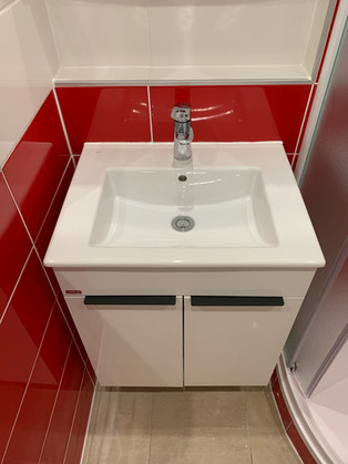 Netradiční koupelna s obkladem Joy červená. Umyvadlová skříň na míru.