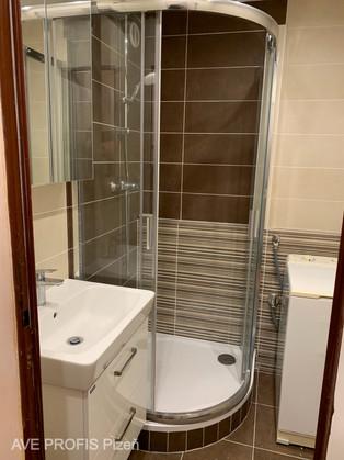 Koupelna v obkladu hnědý Beton s dekorem stripe.