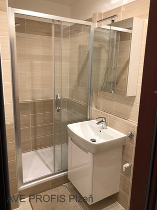 Koupelna v bytě 1+1 v obkladu béžový Akr