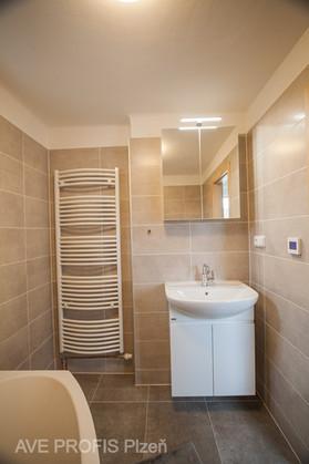 Koupelna v rodinném domě. Obklad Bondi v kombinaci s dlažbou Elis.