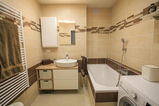 Stylová koupelna v obkladu hnědý beton.