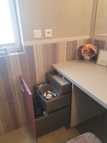 Koupelnová skříňka na míru v odstínu Viola. Zásuvky Blum.
