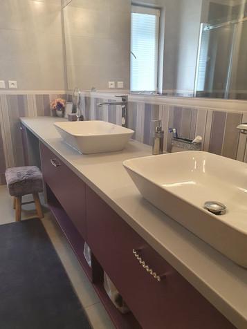 Koupelnová skříňka na míru v odstínu Viola.
