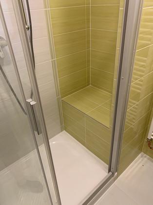 Obklad zelená Samba. Sprchový kout s vyzděným sedátkem.