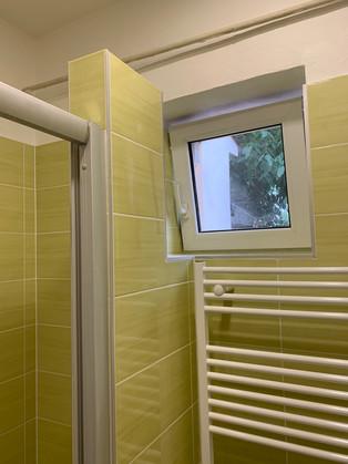 Obklad zelená Samba, chytře vyřešený prostor pro otevírání okna.