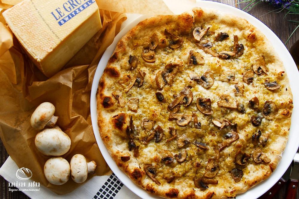 Пицца с грибами и сыром Грюйер