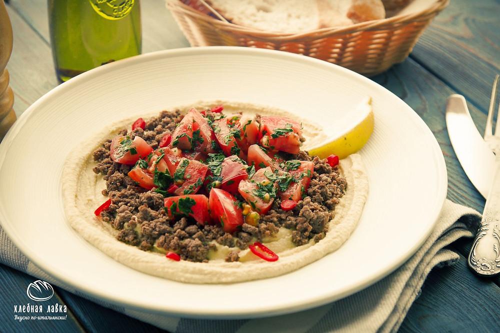 Хумус с пряной говядиной, томатами и острым перцем